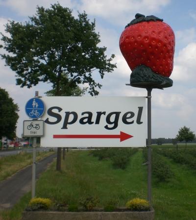Dieses Schild behauptet, Spargel zu zeigen. Das ist aber gelogen.